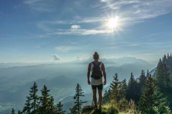 Odzież i sprzęt górski na jesienny trekking